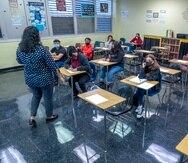 Los estudiantes asisten a clases en Barbara Goleman Senior High School en Miami Lakes, Florida.