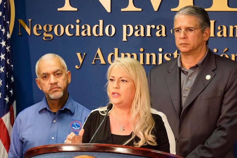 La gobernadora Wanda Vázquez Garced ofreció la información junto a los jefes de agencia. (GFR Media)