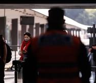 Agentes de la Policía realizan controles este jueves a personas que bajan del tren en la Estacion Once, en Buenos Aires (Argentina). (Efe)