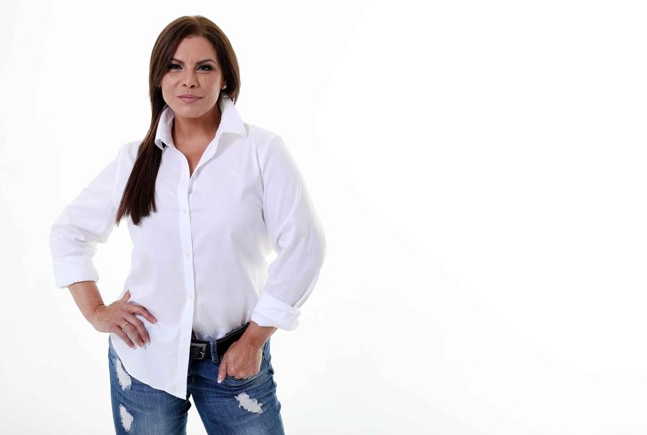 """Olga Tañón: """"Mi rutina no es tan complicada. Tengo 50 años y estoy feliz. Nunca me acuesto maquillada. Mi mamá me decía eso y yo aprendí, así como a usar la crema Pond's que me recomendó una amiga de ella""""."""