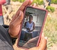 Un trabajador agrícola, que declinó se le identificara, mira el jueves 1 de julio de 2021 una fotografía de Sebastián Francisco Péres, que falleció el pasado fin de semana cuando trabajaba durante una ola de calor extrema cerca de St. Paul, Oregon. (Nathan Howard/AP Foto)
