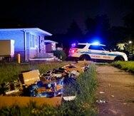 Unos fuegos artificiales yacen en el suelo el lunes 5 de julio de 2021, en el sitio donde una niña y una mujer fueron baleadas en el vecindario de West Pullman, en Chicago, durante el fin de semana festivo por el 4 de julio.