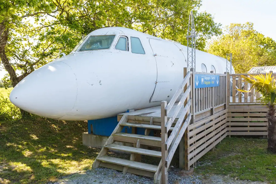 Un avión en Francia fue convertido en un alojamiento a corto plazo.