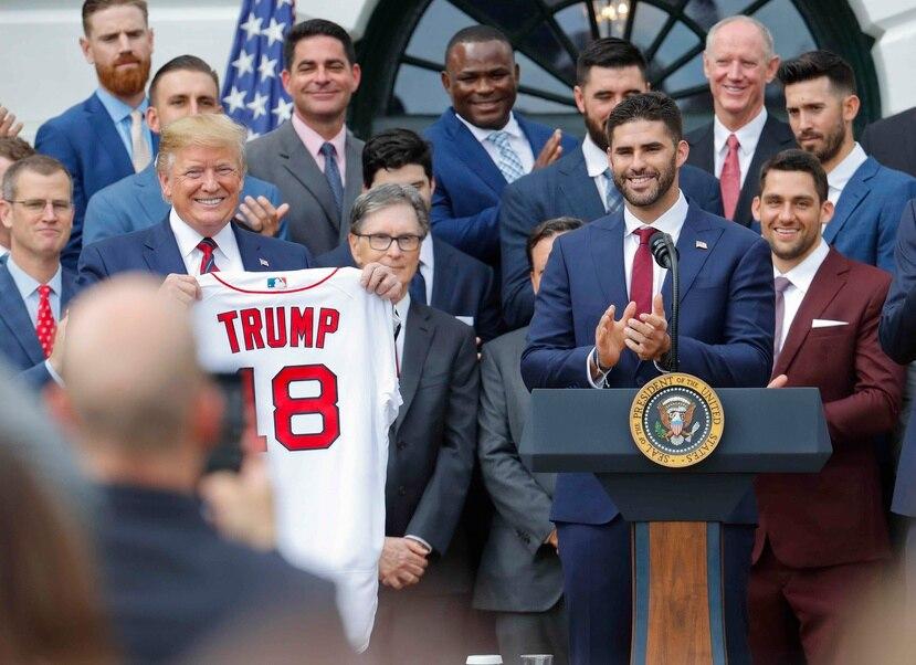 El presidente Donald Trump, a la izquierda, sostiene una camiseta del equipo que le fue presentada por el jardinero J.D. Martínez. (AP/Pablo Martinez Monsivais)