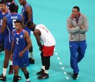 El dirigente de la selección de voleibol de Cuba, Nicolás Vives (der.), favorece el regreso de los jugadores al programa nacional.