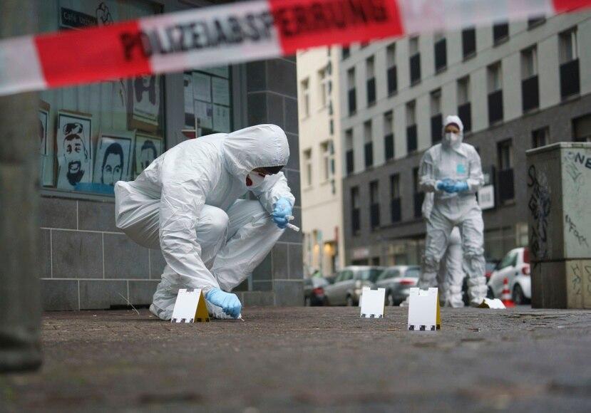 Agentes del departamento forense recuperan muestras de sanfre en una acera en el centro de Fráncfort, Alemania.