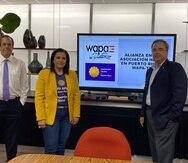 Suministrada De izquierda a derecha: Rafael Lenín López, vicepresidente de Noticias de Wapa Televisión; Aysha Issa, presidenta de la Asociación Hecho en Puerto Rico; y Jorge Hidalgo, presidente de Wapa Televisión.
