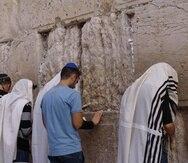 Personas oran frente al Muro de las Lamentaciones en Jerusalén. (Archivo)