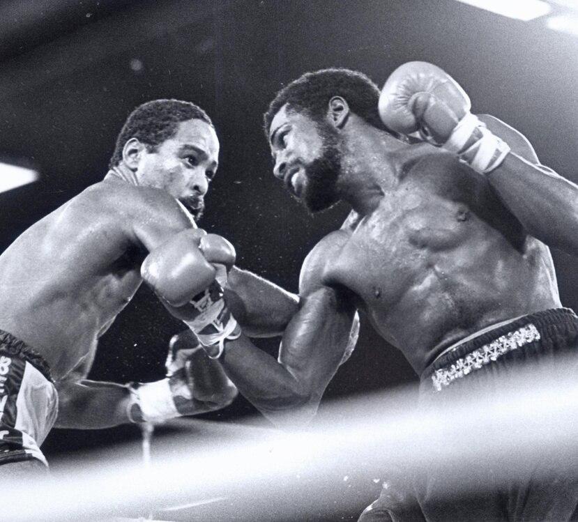 En el 1981, Carlos Santos (derecha) perdió ante su compatriota Wilfred Benítez (izquierda) en Las Vegas. (GFR Media)