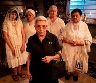 """La película """"Perfume de Gardenia"""", cuenta con las actuaciones de Luz María Rondón, al frente, y atrás de izquierda a derecha, Flor Joglar, Carmen Nydia Velázquez, Sharon Riley y Carmen Milagros Ortíz."""