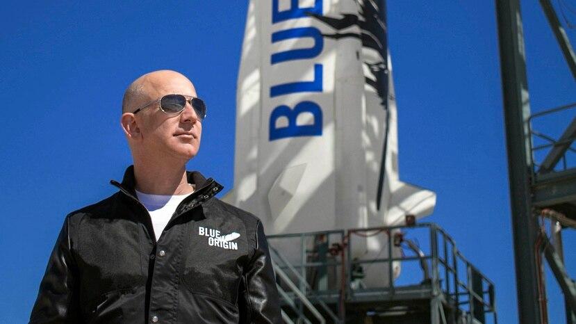 Fotografía sin fecha cedida por Blue Origin donde aparece su fundador Jeff Bezos mientras inspecciona las instalaciones de lanzamiento de New Shepard en el oeste de Texas.