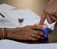 Una persona ejerce su derecho al voto.