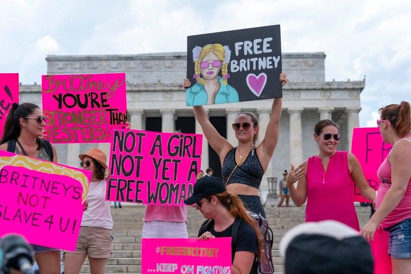 """Fanáticos de Britney Spears participan en una reciente manifestación """"Free Britney"""" frente al Lincoln Memorial, en Washington DC."""