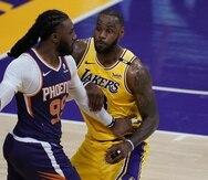 Jae Crowder, de los Suns, maneja el balón contra LeBron James, de los Lakers, en el sexto juego de la serie de primera ronda.