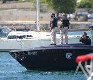 Oficiales de la Policía durante las labores de rescate ayer en la Bahía de San Juan.