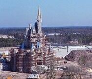 Vista aérea del Castillo de Cenicienta bajo construcción en en el parque Magic Kingdom en el  1971 en Walt Disney World Resort en Lake Buena Vista, Florida.