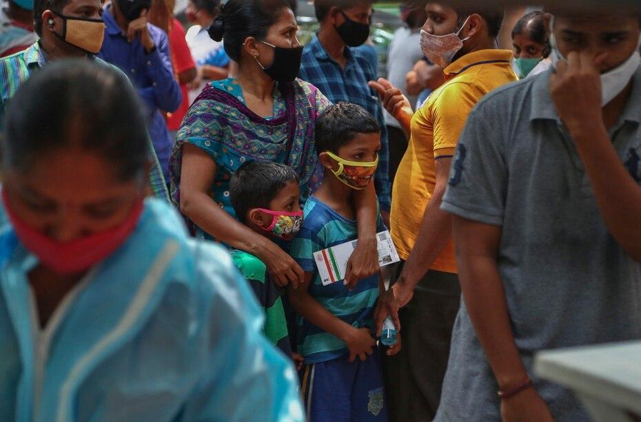 Según las autoridades, el martes se registraron obre 320,000 nuevas infecciones por COVID-19.