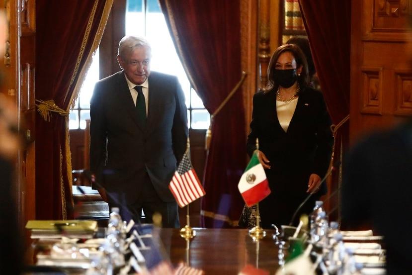La vicepresidenta de los Estados Unidos Kamala Harris, a la derecha, se reunió por poco más de una hora con el presidente mexicano Andrés Manuel López Obrador, a la izquierda.