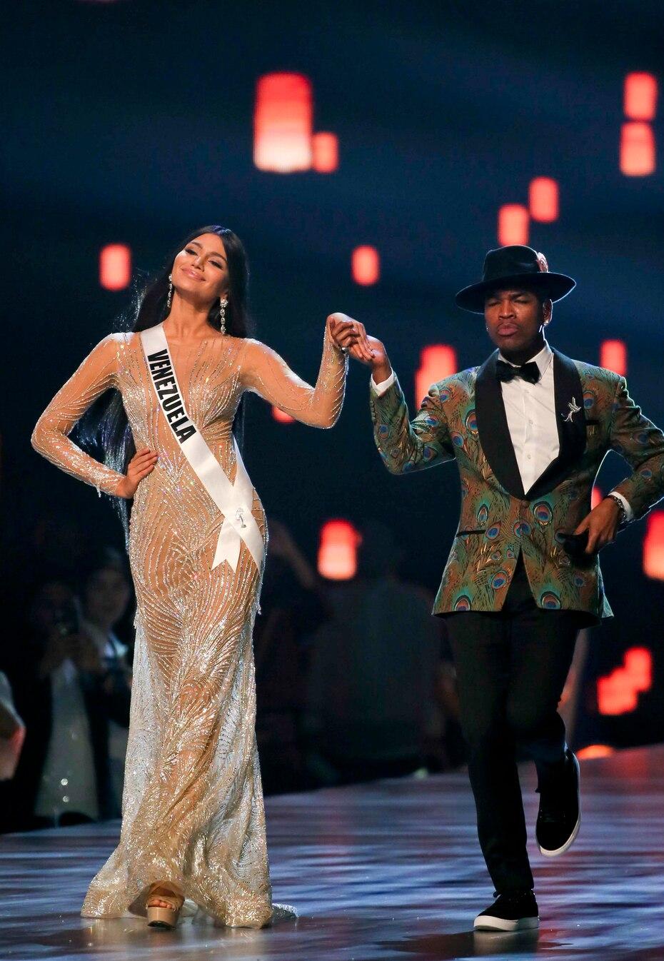 Ne-Yo acompaña a Miss Venezuela, quien terminó siendo eliminada en tercera posición.