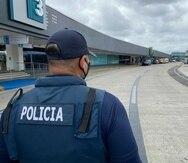 Un policía a las afueras del aeropuerto.