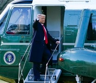 El presidente Donald Trump saluda al abordar el helicóptero Marine One en la Casa Blanca, el miércoles 20 de enero de 2021, en Washington. (AP Foto/Alex Brandon)