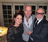 El productor Emilio Estefan y su esposa, Gloria Estefan junto al cantante del tema que estrena hoy, Gian Marco (al centro). (Suministrada)