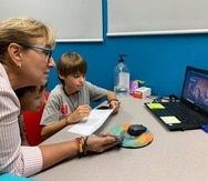 """Los estudiantes trabajaron destrezas de matemáticas y aplicaron valores, junto a su profesora Mari Aparicio, para luego confeccionar y vender galletas y """"limbers"""".  (Suministrada)"""