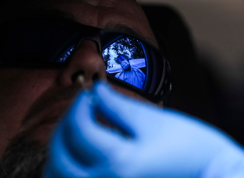 Personal médico toma una muestra para realizar una prueba de COVID-19.