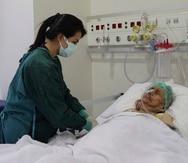 Una enfermera monitorea a Ayse Karatay en el Hospital Municipal de Eskisehir, Turquía, el sábado 4 de septiembre de 2021.