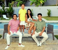 La licenciada Linette Sánchez acompañada por sus hijos:  Diego Nabal, Nicolás Nabal  e Ignacio Nabal Bracero Sánchez.