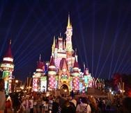 El Castillo de Cenicienta en Magic Kingdom, de Walt Disney World, se ilumina de manera especial para celebrar la época navideña.