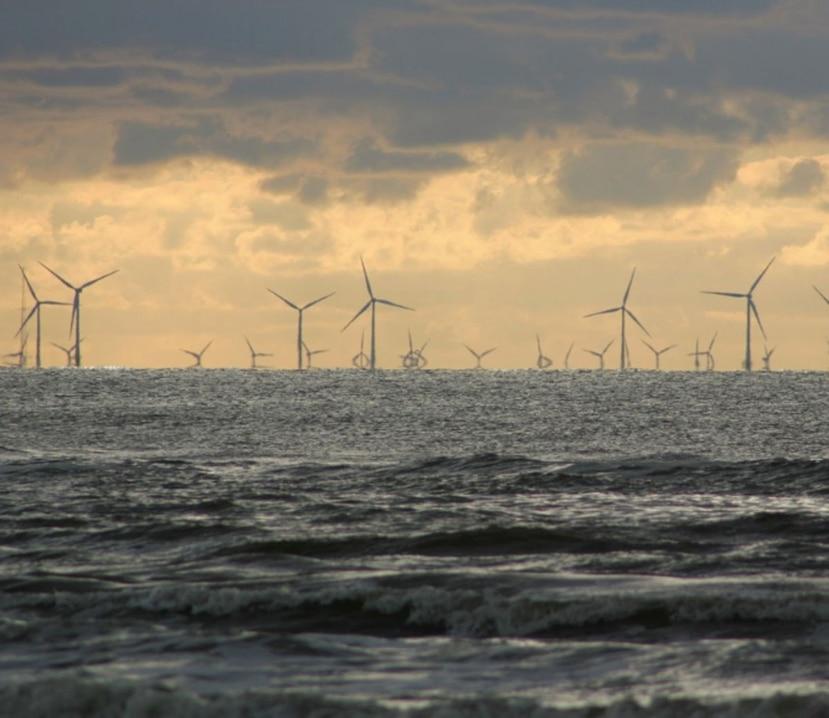 En la imagen se observan los molinos de vientos ubicados en el medio del océano. (Archivo)