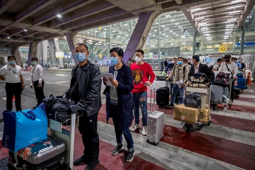 Turistas chinos procedentes de Shanghái llegan al aeropuerto Suvarnabhumi con visas especiales de turistas en Bangkok, Tailandia, el martes 20 de octubre de 2020.