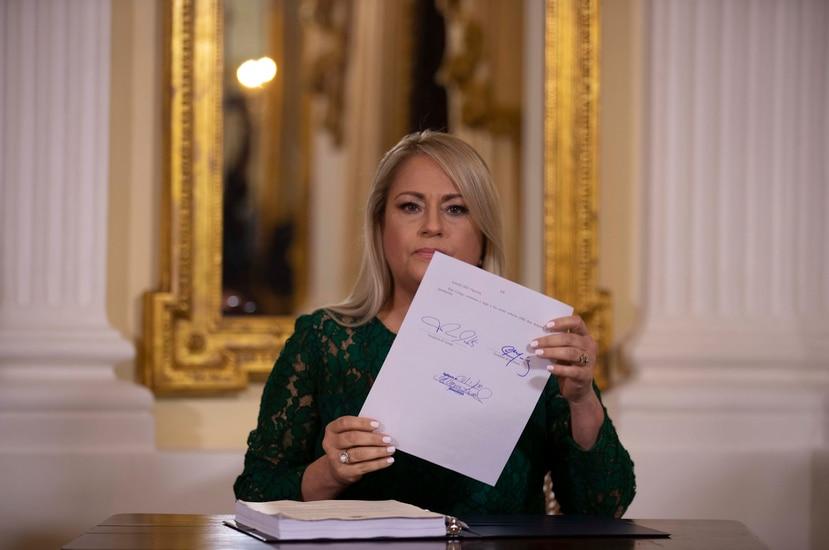 La gobernadora Wanda Vázquez Garced al firmar ayer el nuevo Código Civil en La Fortaleza