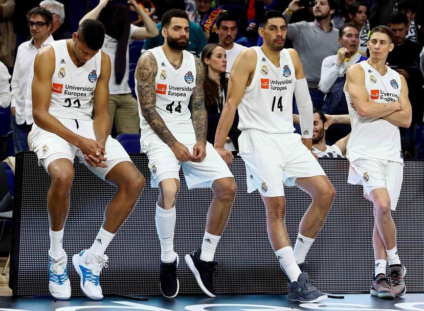 Los jugadores del Real Madrid, al término de la final de la Copa del Rey de baloncesto ante el Barcelona Lassa disputada este domingo en el WiZink Center, en Madrid. (AP)