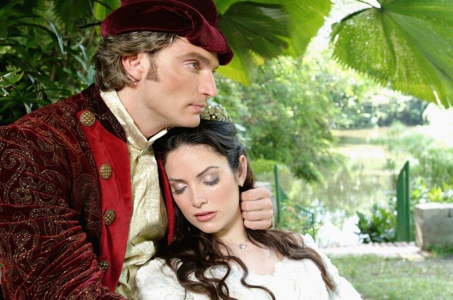 """En Puerto Rico, Quiñones debutó en teatro en 2005 junto a Julián Gil con el personaje estelar de la princesa """"Odette"""" en la obra """"La princesa en el lago de los cisnes""""."""