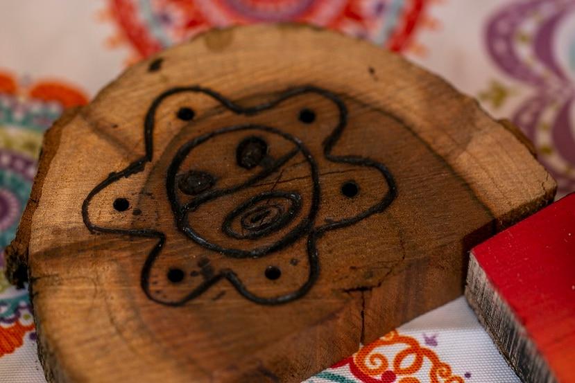 Somos Puerto Rico Entrevista a Ever Cancel Muñoz, joven artesano de Aguada. En sus piezas de pirograbado suele plasmar dibujos inspirados en los petroglifos de los taínos.   Xavier Garcia / Fotoperiodista