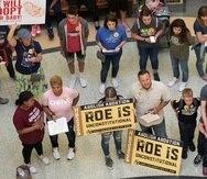 ARCHIVO - En esta fotografía de archivo del 30 de marzo de 2021, manifestantes opuestos a la interrupción del embarazo protestan en el Capitolio estatal mientras el Senado debatía proyectos de ley antiaborto, en Austin, Texas. (Jay Janner/Austin American-Statesman vía AP, archivo)