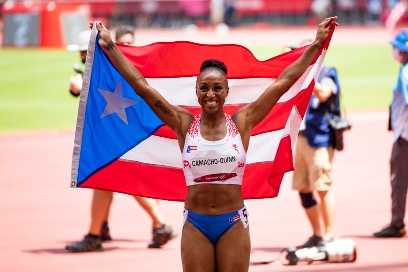 Jasmine Camacho-Quinn habló del momento en que tomó la bandera de Puerto Rico para posar ante las cámaras al ganar la medalla de oro en la final de 100 metros con vallas en Tokio 2020.