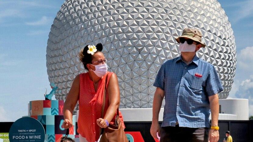 En esta foto del 15 de julio de 2020, visitantes llegan el día de la reapertura de Epcot en Walt Disney World, en Lake Buena Vista, Florida. (Joe Burbank/Orlando Sentinel vía AP)