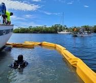 Buzos colocaron bolsas de aire bajo este velero de 43 pies de eslora encallado en Salinas para hacerlo flotar nuevamente, removerlo y decomisarlo.