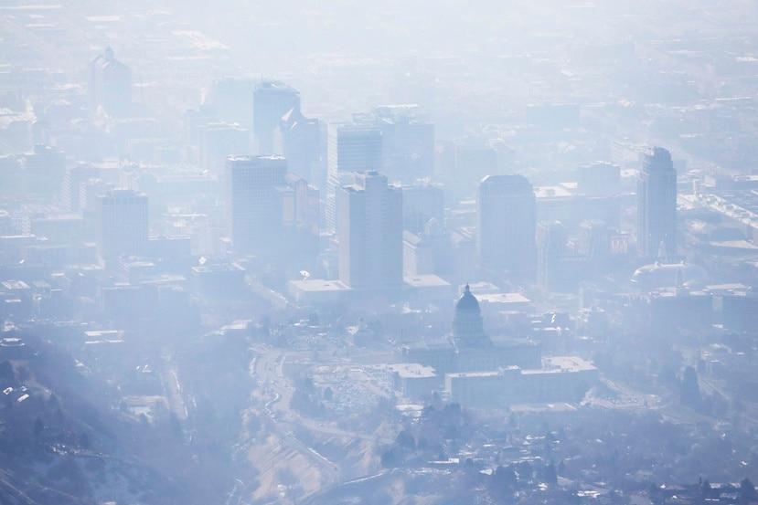 Fotografía del 18 de enero de 2017 de una capa de smog cubriendo a Salt Lake City. (AP)