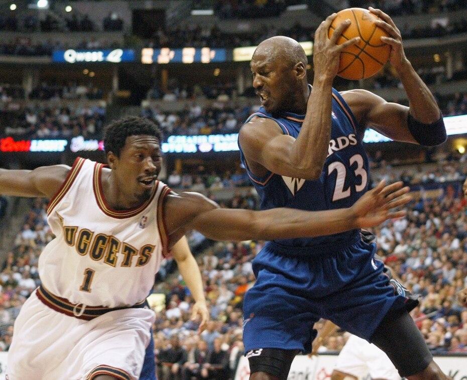 Michael Jordan jugó hasta los 40 años. En 2003 con los Wizards de Washington, jugo 82 encuentros, 30 de estos en la cuarta década, con promedio de 20.0 por partido.