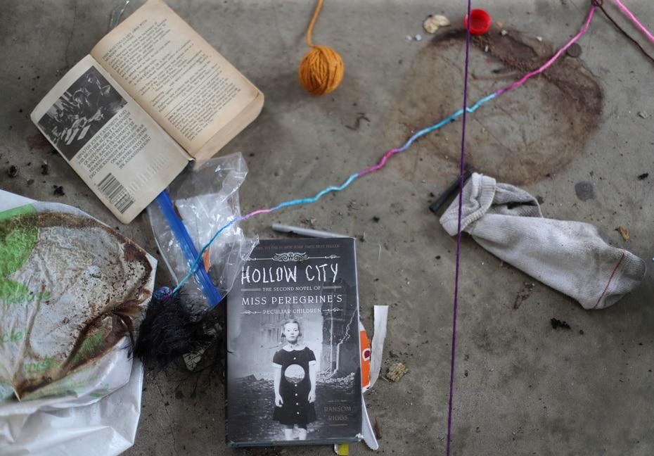 La basura se mezcla con libros y otros materiales escolares que no fueron removidos durante el proceso de clausura.