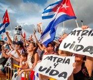 Cubanoamericanos asisten a una protesta para apoyar a los manifestantes en Cuba, frente al Restaurante Versailles en Miami, Florida.