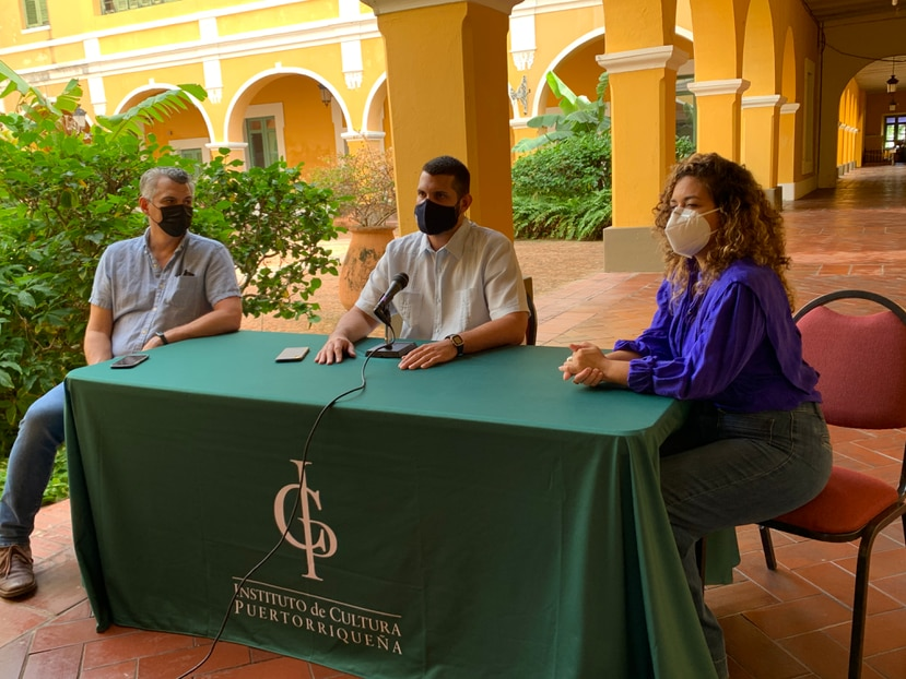 De izquierda a derecha, el Dr. Carlos Corrada, Carlos Ruiz Cortés y la Lcda. Jessabet Vivas Capó, durante la conferencia de prensa del Intituto de Cultura Puertorriqueña.