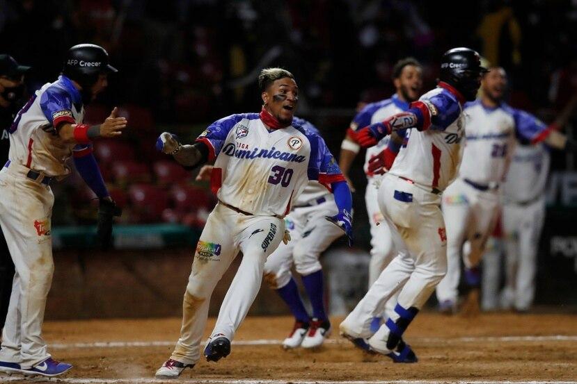El panameño Johan Camargo (30) celebra la victoria de Dominicana sobre Panamá en la semifinal de la Serie el Caribe.