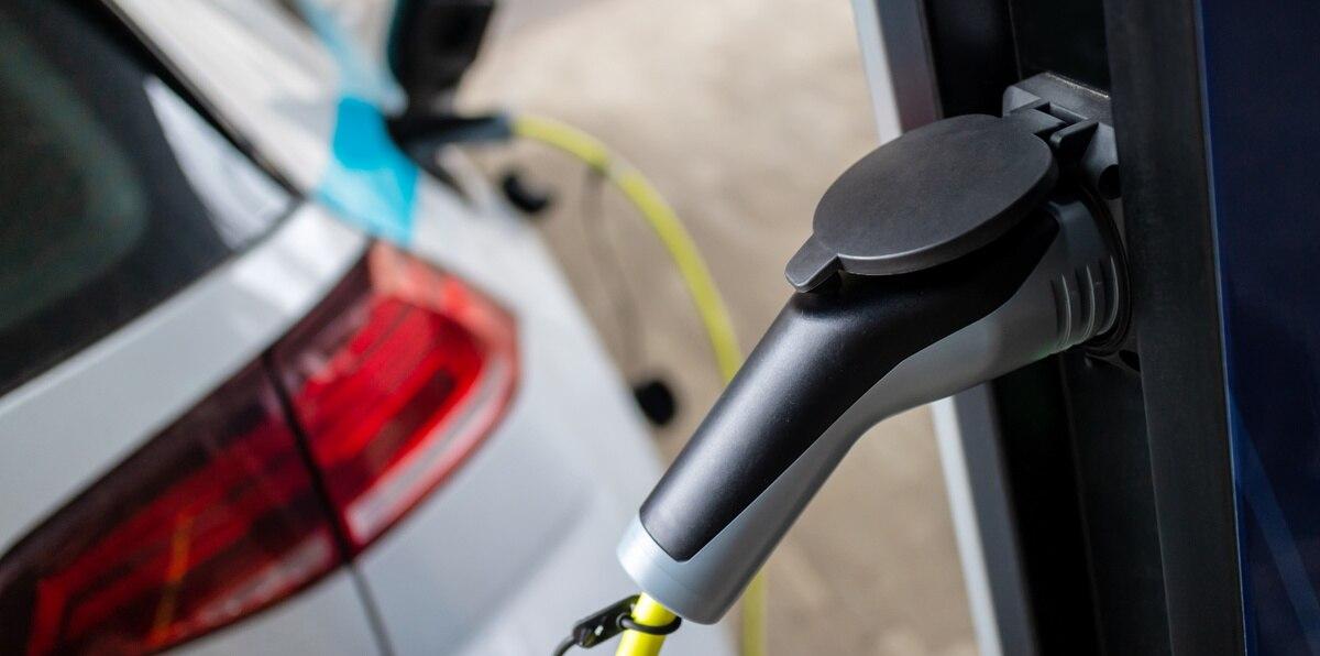 Un auto eléctrico mientras se carga.