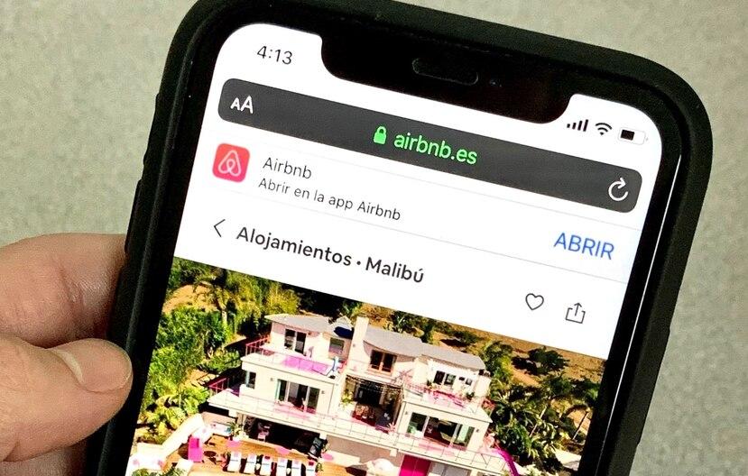 Airbnb actualizará su plataforma para que los usuarios puedan identificar los alojamientos cercanos a su hogar y reservarlos de manera fácil y sencilla. (EFE)