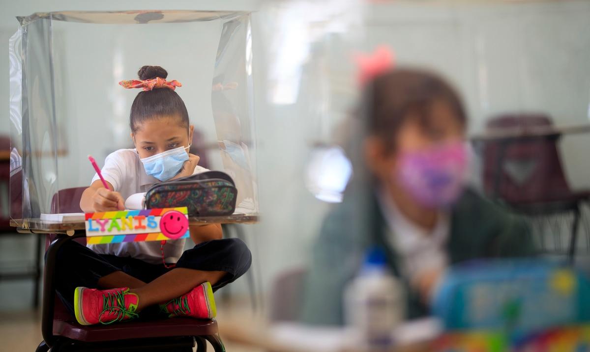 Con equipo protector y pocos menores en los salones, colegio de Cayey reabre las puertas a sus estudiantes